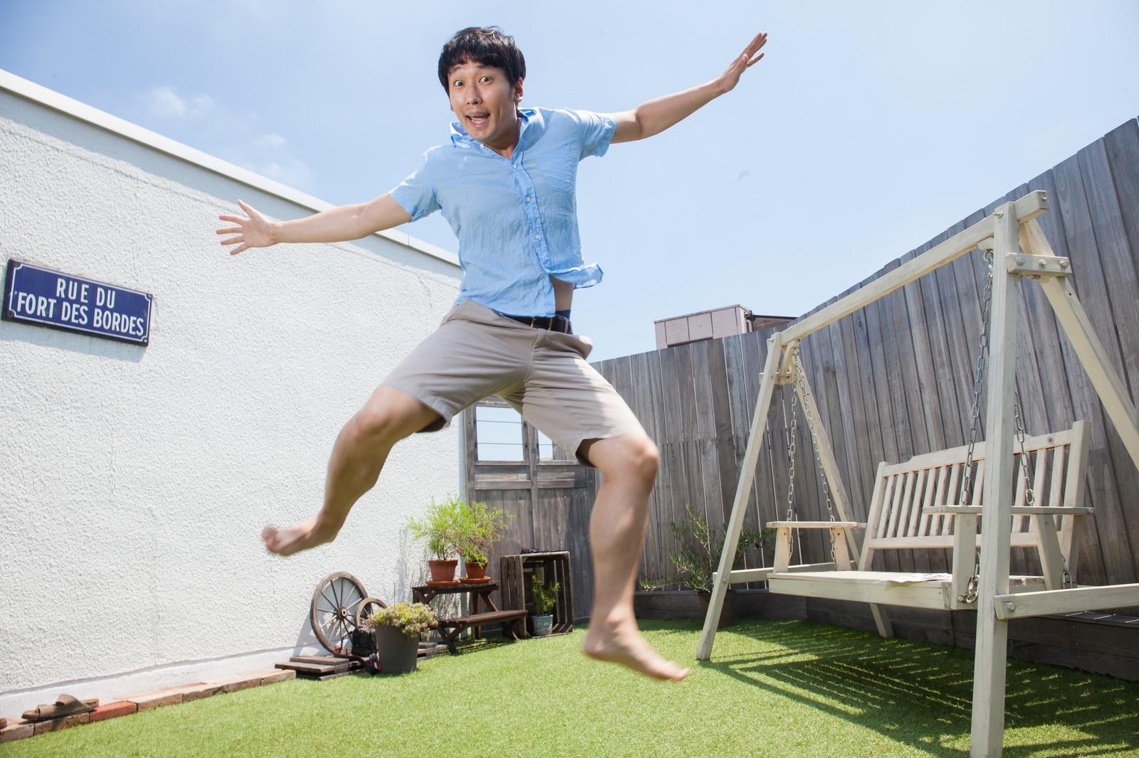 飛び跳ねている男